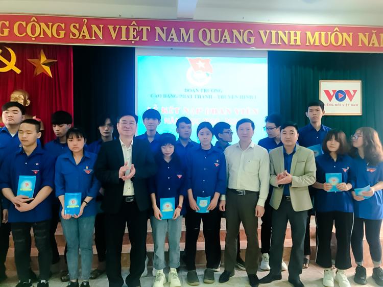 Đảng ủy, Ban giám hiệu và BCH Đoàn trường trao sổ đoàn viên và huy hiệu Đoàn cho các Đoàn viên mới